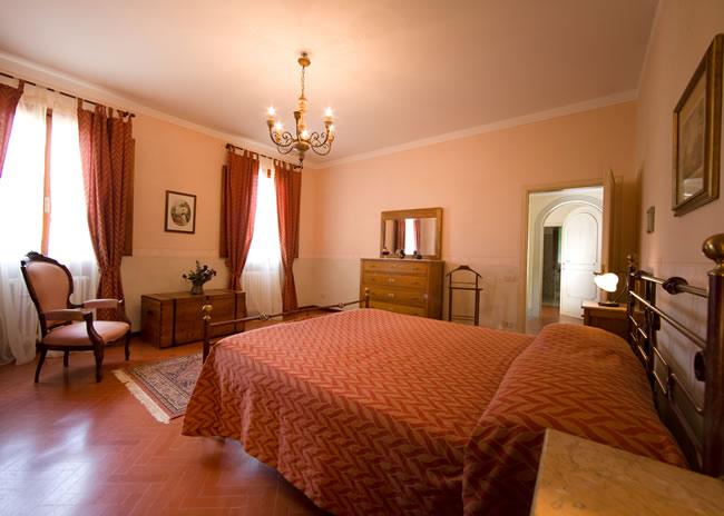Camere casale degli ulivi charme relax in toscana sulle tracce dell 39 antica strada romana - Camera da letto antica ...